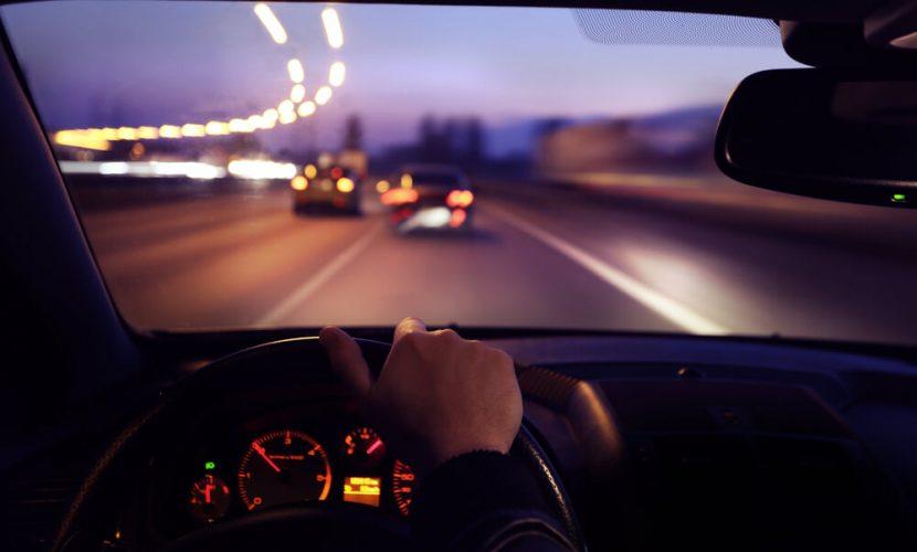 Iemand Die Rijdt In De Auto Met Wazig Beeld