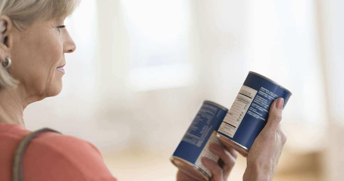 Vrouw Met Monovisie Die Probeert Tekst Te Lezen Op Blikken