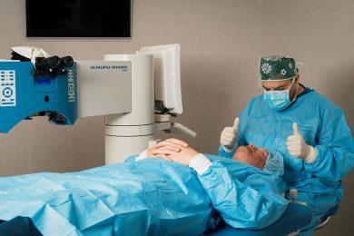 Client ligt klaar voor ooglaserbehandeling door oogarts