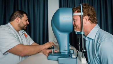 Man laat ogen meten in oogmeet apparaat